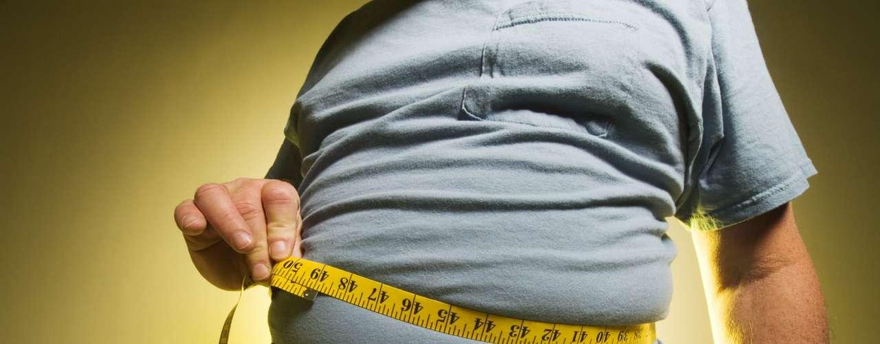 Armazenamento de gordura: você pode claramente relacionar o estresse ao ganho de peso, afirma Philip Hagen, professor de medicina na Mayo Clinic, em Minnesota, Estados Unidos. Isso porque, além da má alimentação durante os períodos de estresse, o cortisol também aumenta a quantidade de tecido adiposo, ou seja, aumenta as células de gordura. Níveis mais altos de cortisol foram relacionados ao excesso de gordura abdominal
