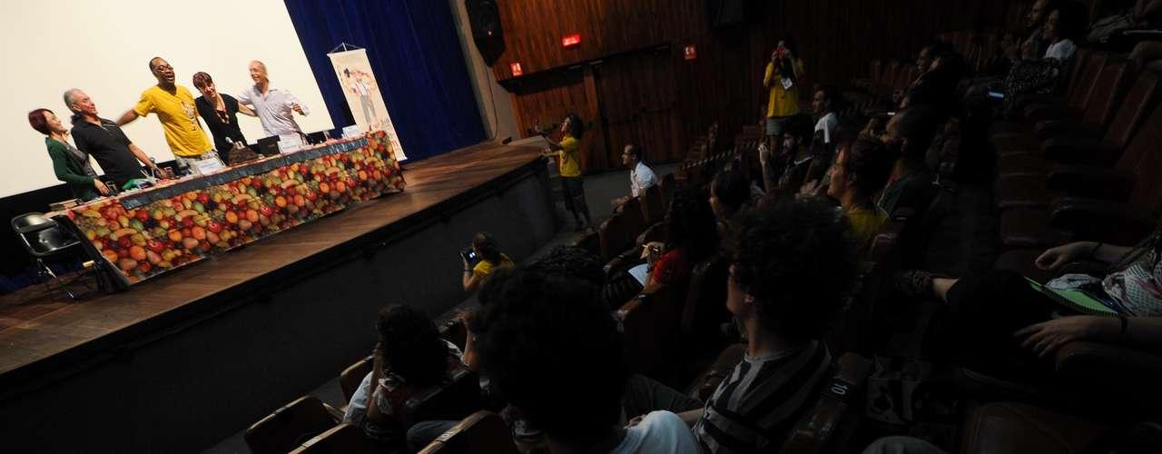 No evento, que ocupará vários espaços públicos e teatros do Rio, são apresentados 25 espetáculos, além de 4 oficinas de palhaçaria e o Seminário de Comicidade Anjos do Picadeiro. Palhaços de diversos países vieram ao Rio para o encontro
