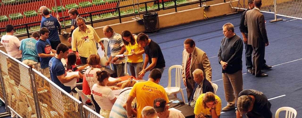 Sócios comparecem às eleições presidenciais do Flamengo, na Gávea
