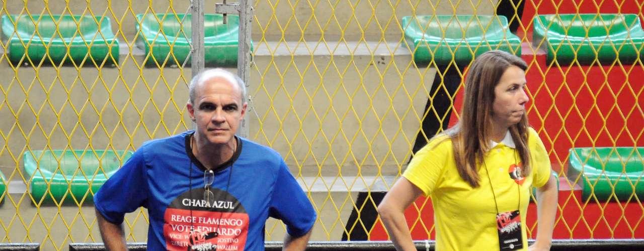 Alguns sócios com a camisa azul da chapa do empresário Eduardo Bandeira de Mello (à esq.) chegaram a comentar que contra a beleza da comitiva de Patrícia Amorim (à dir.) não era possível competir