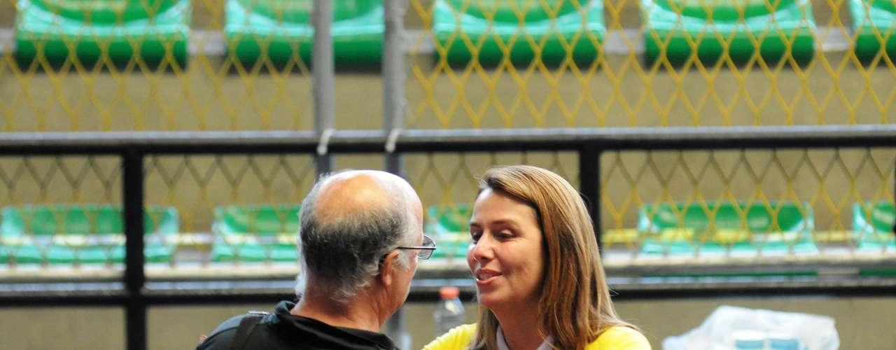 A presidente do Flamengo, Patricia Amorim, tenta até o último momento conseguir o voto dos associados. Pleiteando a reeleição, ela aguarda os eleitores logo na entrada do local de votação onde será decidido quem vai comandar o clube de maior torcida do Brasil pelos próximos três anos