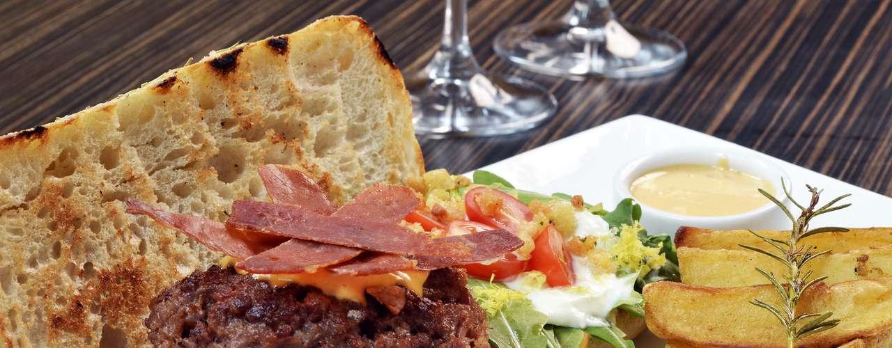 Biondi -Biondi Burger: hambúrguer de vitela, presunto San Daniele, burrata, tomatinho assado e rúcula, com maionese ao pomodoro.Endereço: R. Pedroso Alvarenga, 1026, Itaim Bibi. Tel.: (11) 3078-5273. Preço: R$ 42