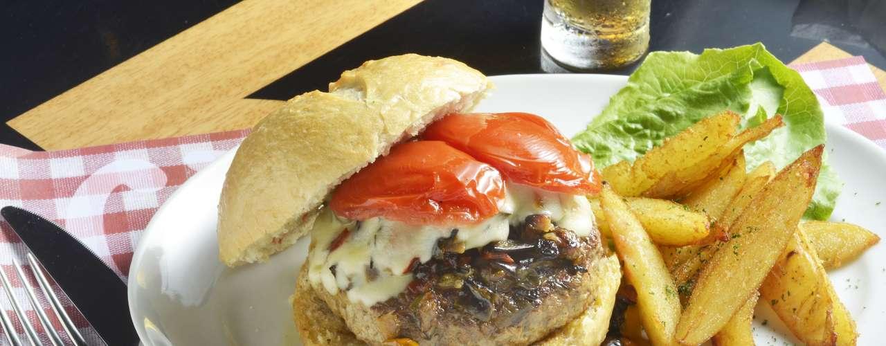 Spago -Italian Burger: hambúrguer de costela comcaponatasiciliana, tomates confitados e ricota de cabra no pão italiano feito na casa.Endereço: Rua Leopoldo Couto de Magalhães Jr. 681.(11)3078-0796. Preço: R$ 29