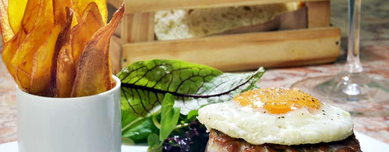 Tasca da Esquina -Tuna Burguer: hambúrguer de atum, ovo e chutney de pimentão defumado, acompanha chips de mandioquinha.Endereço: Alameda Itu, 225, Jardins, São Paulo. Tel.:(11) 3262-0033. Preço:R$ 58