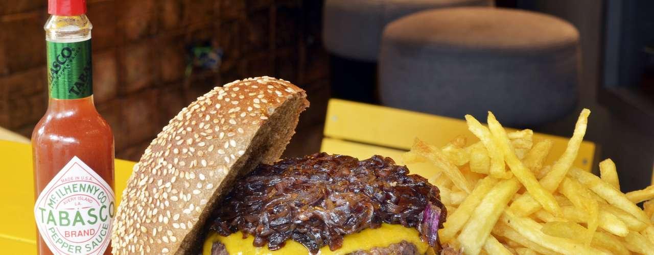 Z Deli -Minetta Burger:hambúrguer de 180 g, no pão preto com gergelim branco, cheddar inglês e cebola confit com shoyo e mel, que acompanha batatas fritas.Endereço: Al. Lorena, 1689, Jardim Paulista. Tel.: (11) 3088-5644. Preço: R$ 26