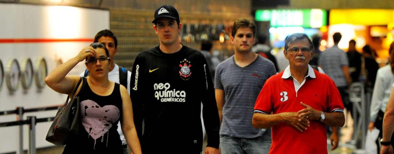Corintianos estão no aeroporto desde as 16h na esperança de ver o time que vai disputar o Mundial de Clubes
