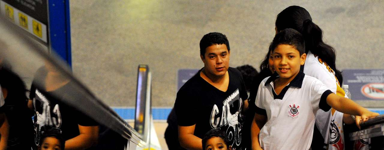 Crianças também estão no aeroporto para se despedir dos jogadores corintianos