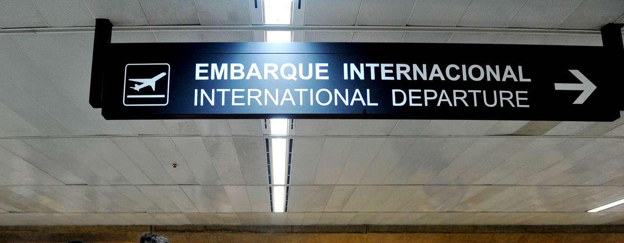 A torcida corintiana marcou presença em peso na área de embarque internacional em Guarulhos