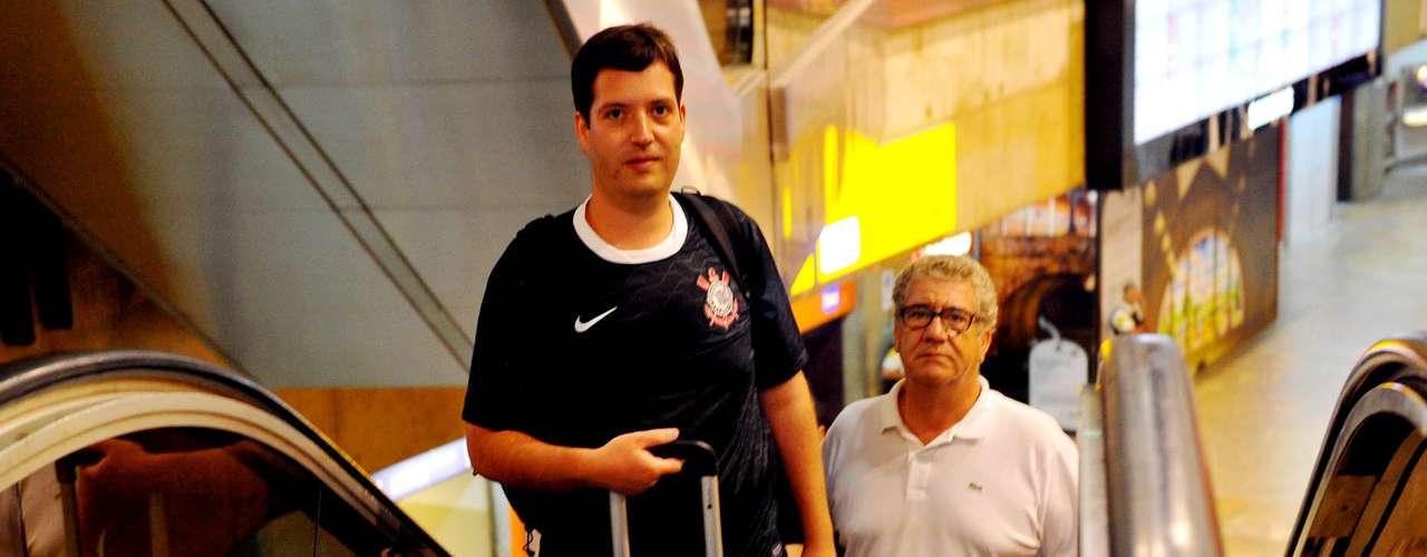 O embarque do Corinthians estava previsto apenas para as 23h (de Brasília), mas desde as 16h já havia torcedores de plantão no0 aeroporto