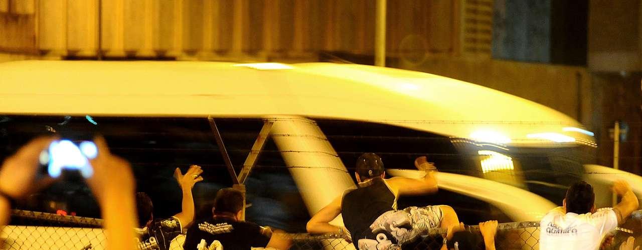 Torcedores subiram nas grades para ver o time no ônibus