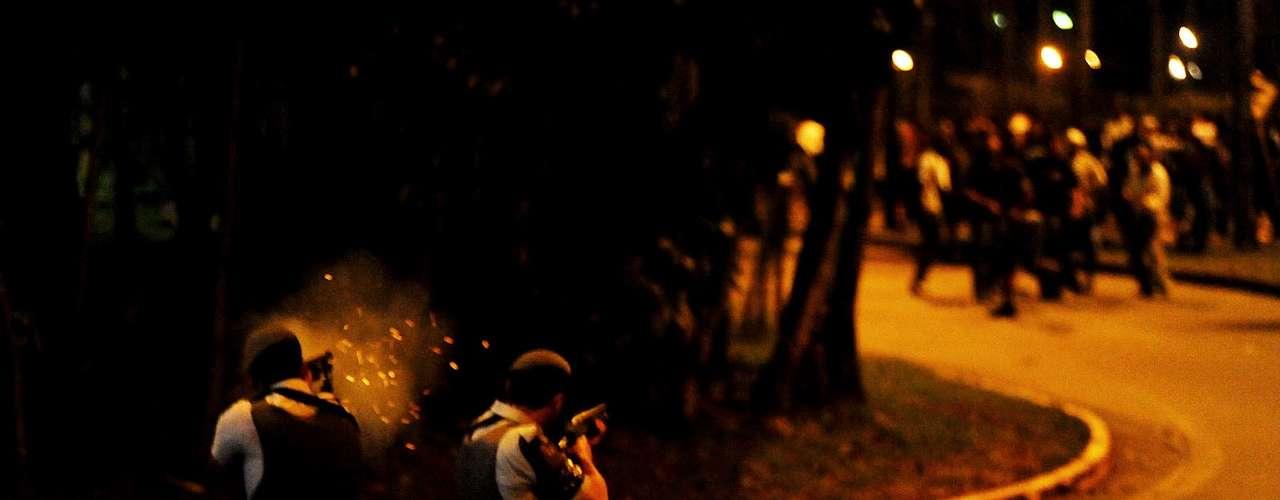 De acordo com a Polícia Militar, a reação dura se deu após um grupo de torcedores atirar pedras e pedaços de pau na tropa responsável por manter a segurança no local