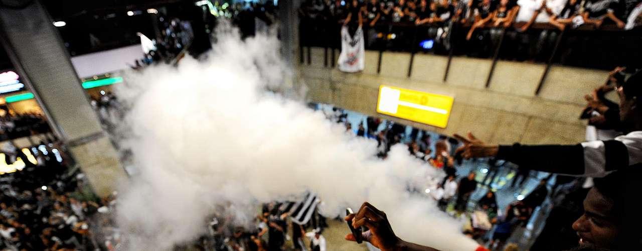 Torcida usou até um extintor para fazer a festa no aeroporto