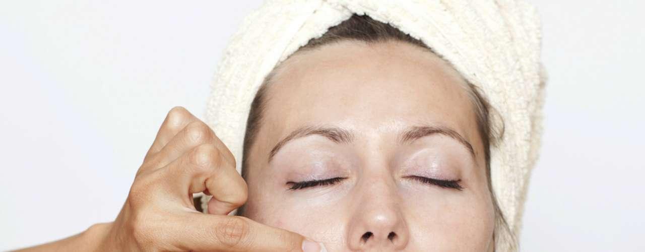 Apesar de muitas mulheres acharem que é verdade, depilar a sobrancelha ou o buço com cera quente não deixa a pele flácida