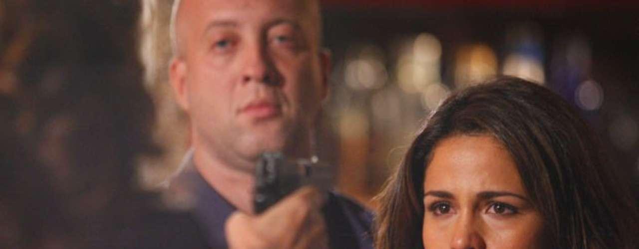 Depois de apanhar, Wanda aponta a arma para Morena em boate