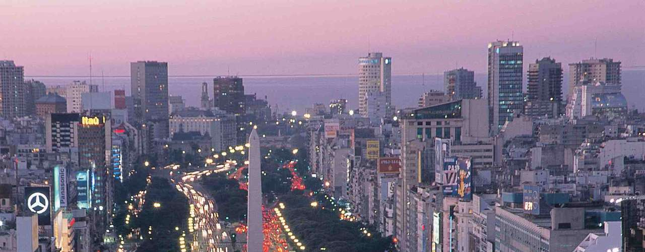 Obelisco, Buenos Aires, Argentina: erguido em 1936 para comemorar os 250 anos da fundação de Buenos Aires, o Obelisco acabou se transformando no principal símbolo da cidade. Com 67 metros de altura, o monumento encontra-se situado sobre a Avenida 9 de Julio, a mais importante de Buenos Aires e mais larga do mundo