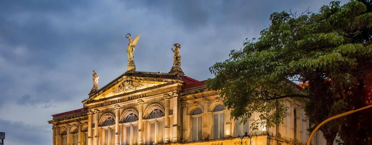 Teatro Nacional, San José, Costa Rica: principal teatro da Costa Rica, o Teatro Nacional de San José, capital do país, é uma bela estrutura de arquitetura neoclássica inaugurada em 1897. Até os dias de hoje, tanto fazer um tour guiado pelo edifício quanto assistir a uma peça, são programas altamente recomendados durante uma visita a San José