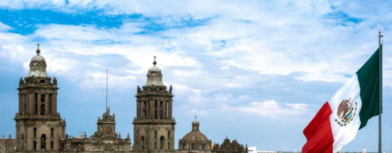 Zócalo, Cidade do México, México:principal cartão-postal da imensa Cidade do México, a praça do Zócalo tem diferentes atrações. O Palácio Nacional, com murais do famoso artista mexicano Diego Rivera, e a Catedral Metropolitana são alguns dos monumentos do Zócalo que encantam os turistas