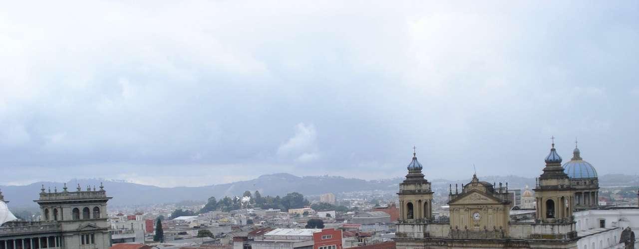 Praça da Constituição, Cidade da Guatemala, Guatemala: também conhecida como Parque Central, a Praça da Constituição é uma bela praça do centro histórico da Cidade da Guatemala. Cercada por edifícios históricos como a Catedral Metropolitana e o Palácio Nacional da Cultura, a praça tem uma linda fonte e serve de ponto de encontro para os habitantes da cidade