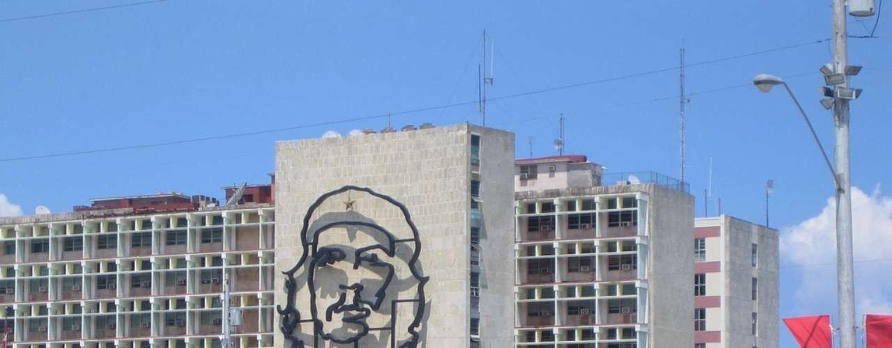 Praça da Revolução, Havana, Cuba: com cerca de 72 mil m², a Praça da Revolução é uma das maiores do mundo, além de ser um importante cartão-postal da Havana, capital cubana. Originalmente criada nos tempos de Fulgêncio Batista, derrocado pelos comandados por Fidel Castro, a praça homenageia hoje, com esculturas e memoriais, os principais símbolos da revolução cubana como José Marti, Camilo Cienfuegos e, claro, Che Guevara