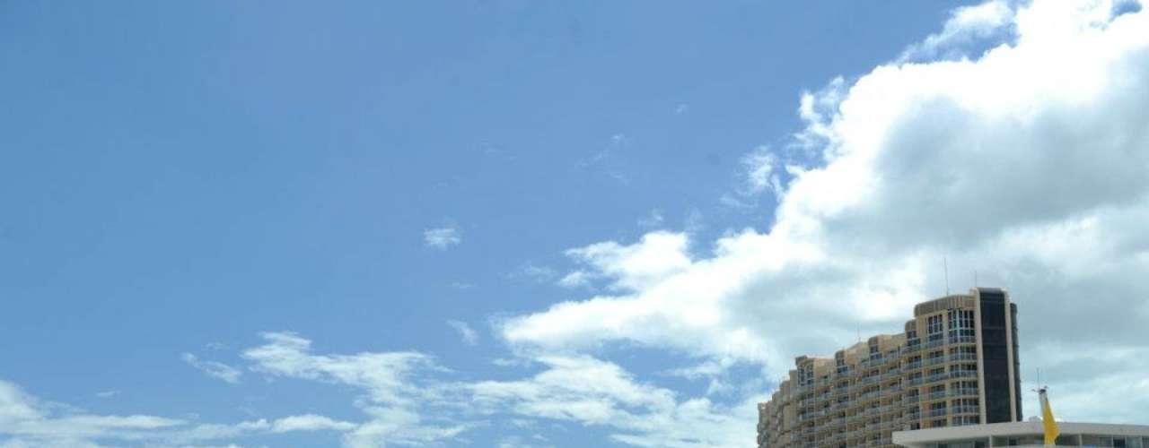 Cable Beach, Nassau, Bahamas: capital das Bahamas, Nassau tem tudo para aqueles que querem apenas relaxar sob o sol do Caribe. Com águas cristalinas e areias brancas, a praia de Cable Beach tem casinos, resorts e residências, e é uma das praias mais características de Nassau