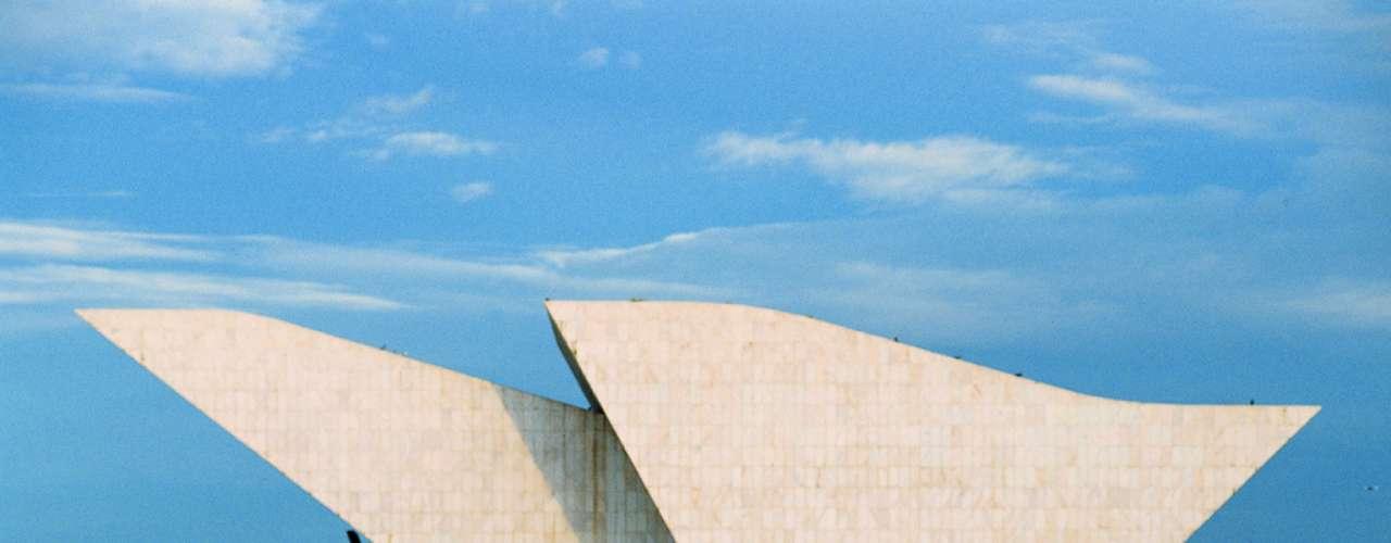 Praça dos Três Poderes, Brasília, Brasil: situada no extremo leste do Plano Piloto, a Praça dos Três Poderes é um dos pontos mais característicos de Brasília. O Palácio do Planalto, a sede do Supremo Tribunal Federal e o Congresso Nacional, obras criadas por Oscar Niemeyer, são importantes monumentos situados na praça