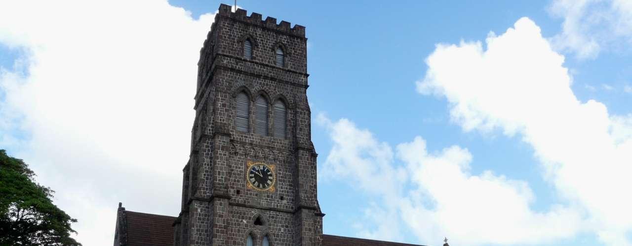Igreja Anglicana de Saint George, Basseterre, St. Kitts e Névis: formado pela ilha turística de São Cristóvão e a ilha menor e mais tranquila de Névis, o arquipélago de São Cristóvão e Névis é o menor estado soberano da América, e tem como capital a cidade de Basseterre, com uma população de 15 mil habitantes. Construção de 1869, a Igreja Anglicana de Saint George é o principal monumento da capital