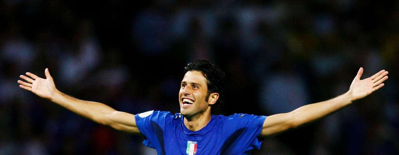 Tetracampeão mundial com a Itália em 2006, o lateral esquerdoFabio Grosso pode jogar no Brasil no ano que vem. Flamengo,Fluminense,Palmeiras eSantos teriam sondado o veterano de 35 anos