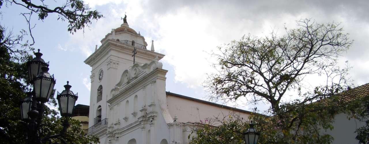 Catedral de Caracas, Caracas, Venezuela: primeira igreja da cidade, construída em 1641, a Catedral de Caracas teve sua atual fachada erguida em 1771 e é um lindo edifício colonial da capital da Venezuela. Sede da arquidiocese de Caracas, a Catedral está situada na bela Plaza Bolívar