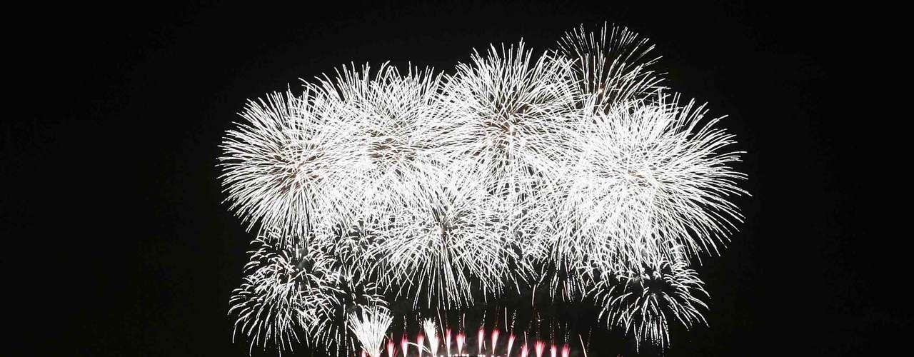 Sydney, Austrália - Sydney é uma das primeiras cidades do mundo a receber o ano novo e pessoas de todas a cidade se juntam na baía, decorada pela icônica ópera, para assistir a uma impressionante queima de fogos. Sentados em mesas de restaurantes perto da ponte de Sydney Harbour, ou aproveitando a noite em barcos, os espectadores brindam com champanhe à chegada de um novo ano. Com uma bela vista sobre a baía de Sydney, o hotel Four Seasons é uma boa opção para se hospedar e ver os fogos com tranquilidade. Para hospedagens no Réveillon, as reservas têm que ser para no mínimo três noites, com diárias a partir de R$ 1.000