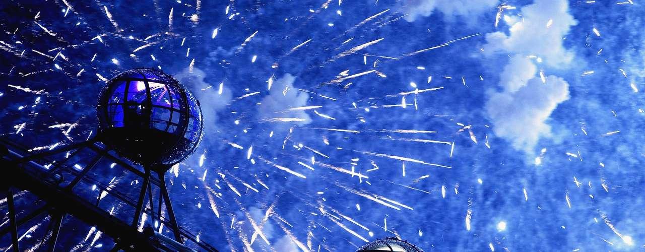 Londres, Inglaterra - Decidir onde passar o ano novo pode ser uma escolha difícil em Londres. A capital inglesa tem opções para todos os gostos para começar o ano em grande estilo. Além do tradicional desfile de ano novo, com fantasias e música, e de queimas de fogos em diferentes pontos da cidade, existem festas como a do exclusivo hotel The Ritz, num jantar black tie, com bandas e muito champanhe. O hotel artístico e luxuoso The Sanderson recebe o ano com uma performance de música pop e muita animação, e conta com diárias a partir de R$ 1.200 e pacotes de ano novo para a noite do Réveillon, com uma garrafa de champanhe, ingresso para a festa e café da manhã para dois custa R$ 1.320