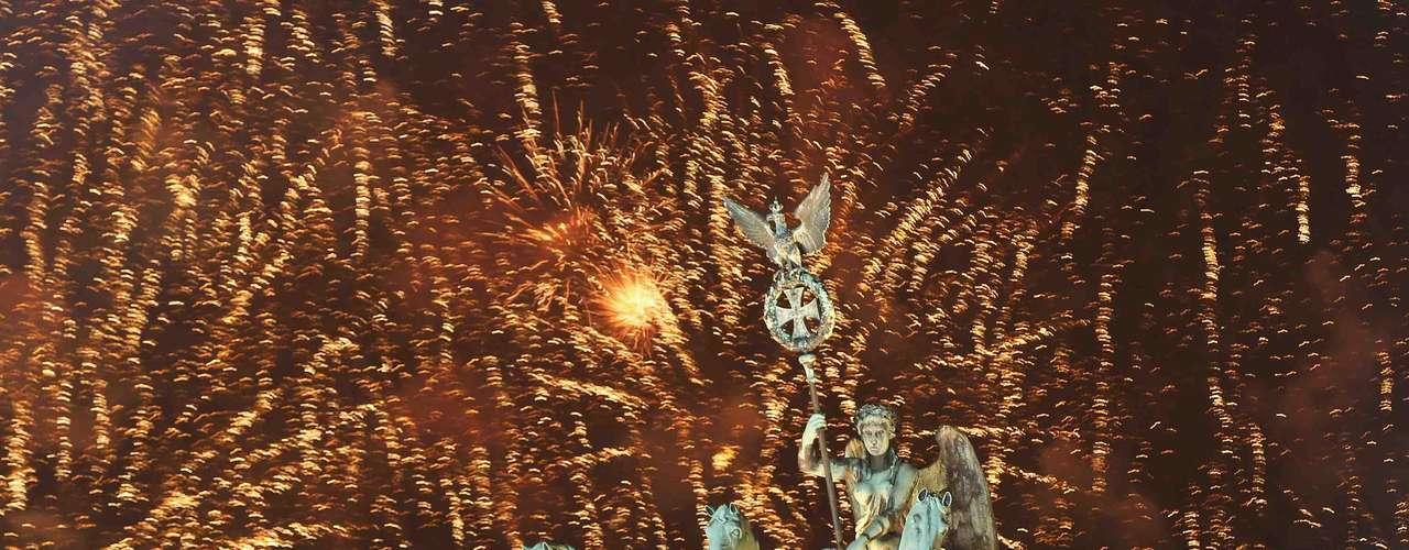 Berlim, Alemanha - A capital alemã é mundialmente conhecida por ser uma cidade vibrante onde os habitantes sabem se divertir. No último dia do ano, o bairro de Grunewald recebe uma curiosa corrida tradicional da cidade, na qual os participantes correm até 15 km virando panquecas no ar. Mais tarde, na comemoração mais típica, os habitantes de Berlim se reúnem na porta de Brandenburgo para assistir à queima de fogos. Hotel estiloso e moderno de Brandenburgo, o Brandenburger Hof Berlin é uma boa opção de hospedagem com um restaurante estrelado, o Die Quadriga, com cozinha nórdica e uma ótima carta de vinhos. Diárias a partir de R$ 490