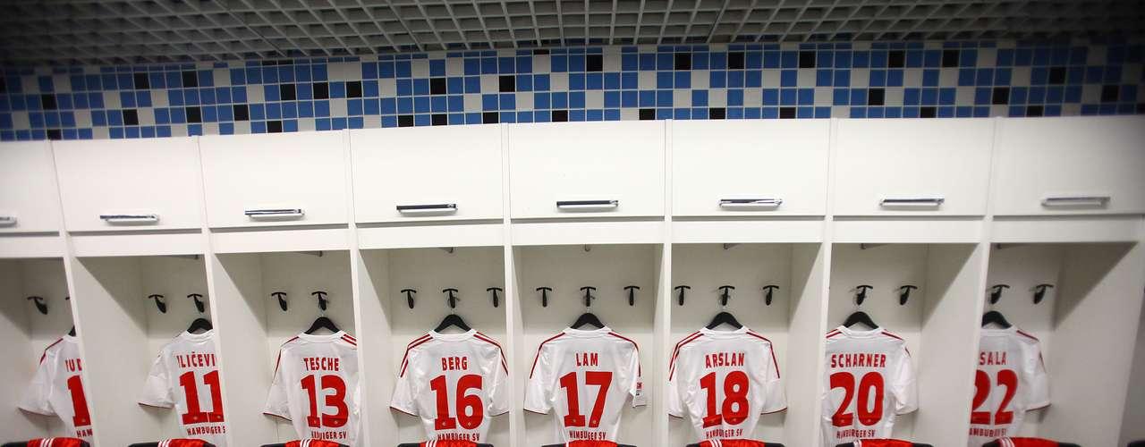 No vestiário do time visitante, o Hamburgo foi a primeira equipe do mundo a posicionar seus uniformes