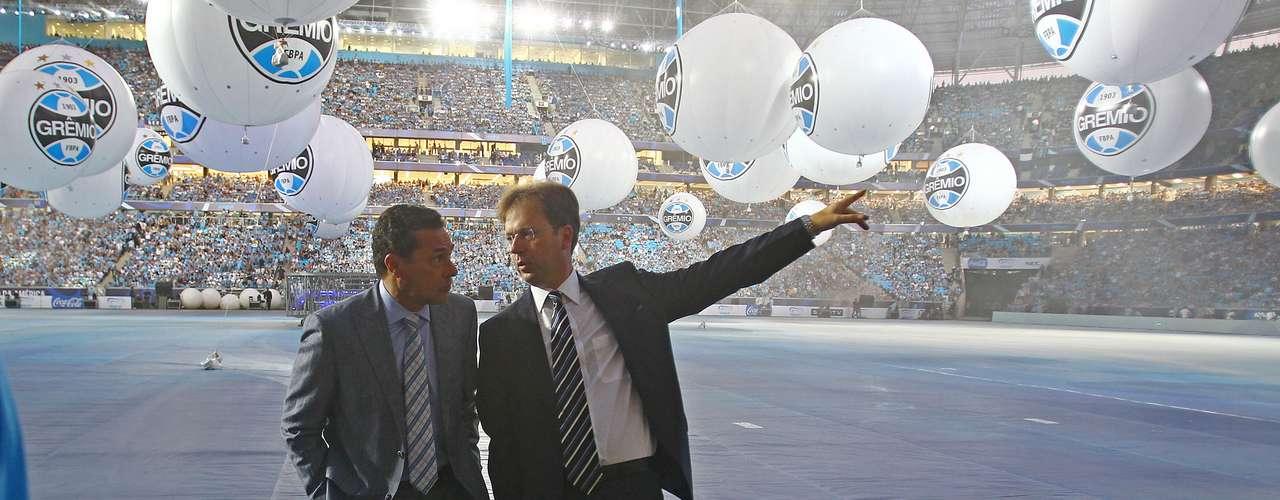 Eduardo Antonini, presidente da Grêmio Empreendimentos (à direita) foi ao campo horas antes do amistoso para uma última olhada no estádio que ajudou a construir