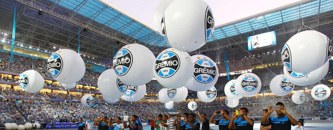 De dentro do gramado, jgoadores do Grêmio puderam se posicionar junto aos balões decorativos para mais fotos