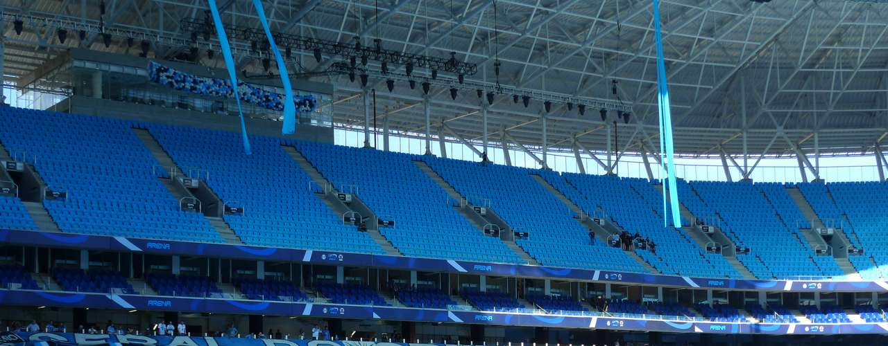 Instrumentos da torcida foram posicionados, a espera dos músicos, na única área da Arena em que não há cadeiras; grades foram instaladas em pequenos intervalos entre os assentos para tentar suavizar a avalanche
