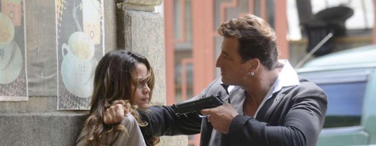 Depois de muito custo, Morena (Nanda Costa) consegue abrir o cadeado de uma janela e sair da boate. Mas é só a gata do Alemão pôr os pés do lado de fora para dar de cara com um segurança, apontando uma arma para ela