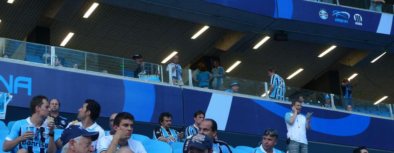 Horas antes do início do cerimonial de abertura, torcedores do Grêmio começam a se encontrar no novo estádio