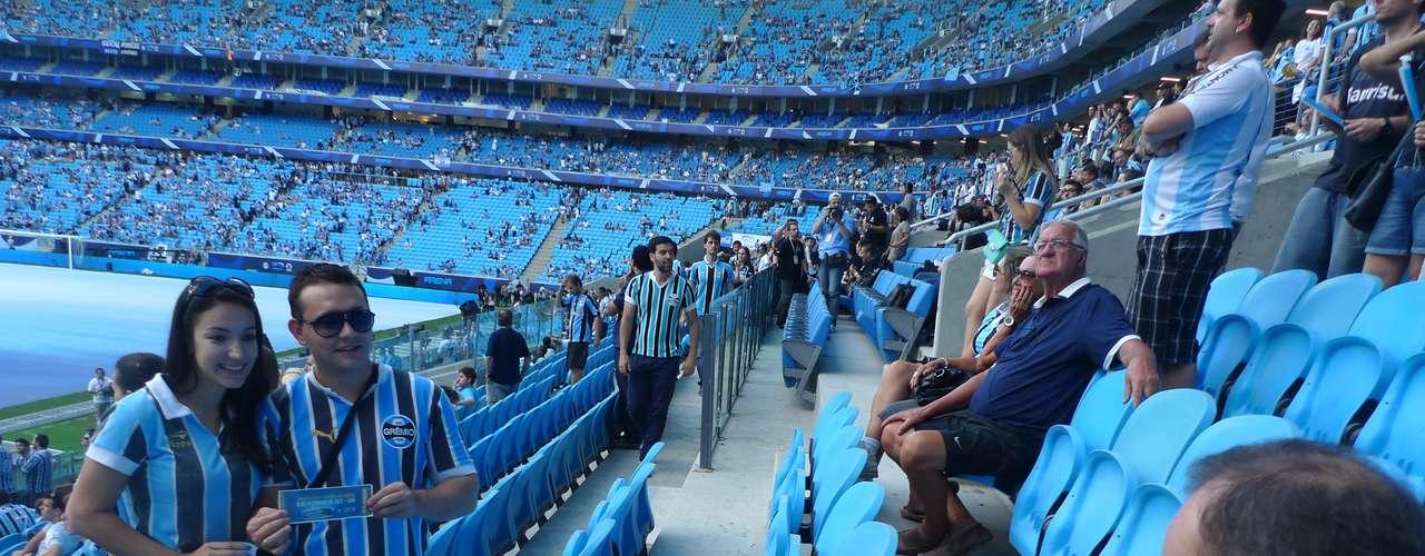 Em meio à entrada para o jogo, torcedores eram entrevistas e exibidos no telão da Arena do Grêmio