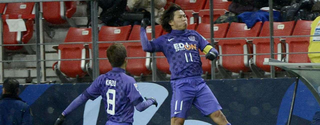 Jogadores do Sanfrecce Hiroshima comemoram gol de Hisato Sato