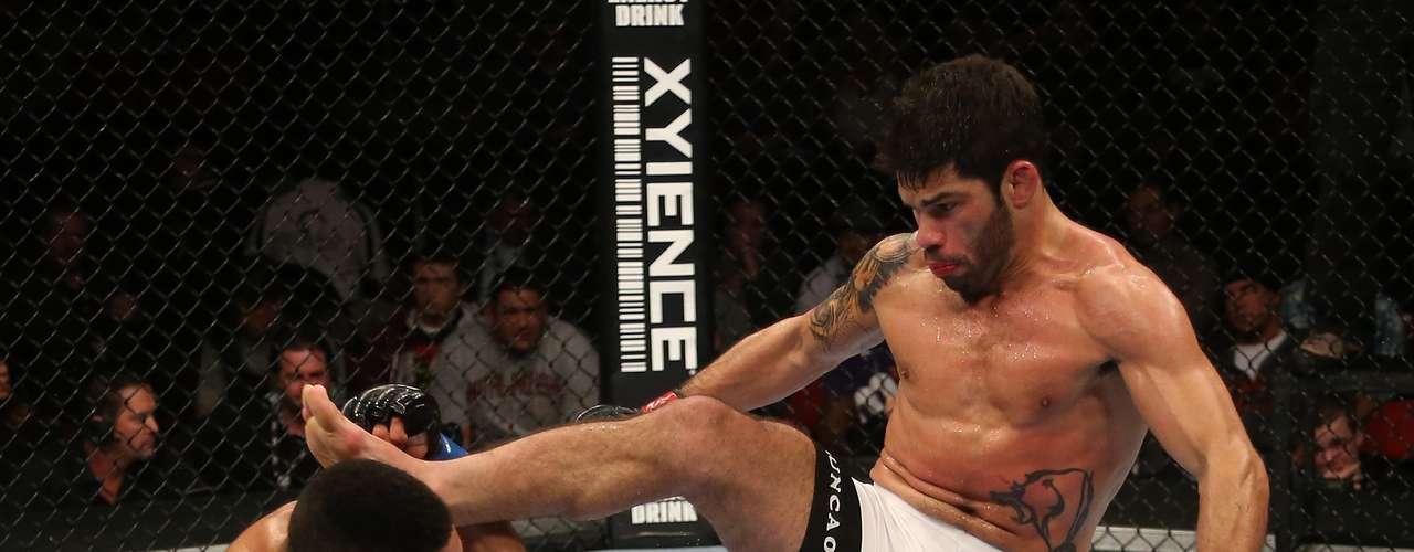 O brasileiro Raphael Assunção embalou a terceira vitória seguida no UFC ao bater neste sábado Mike Easton