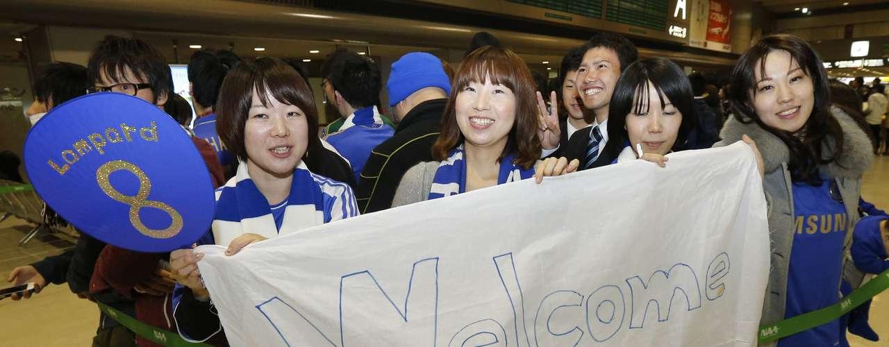 Japoneses mostram cartaz em homenagem ao clube inglês