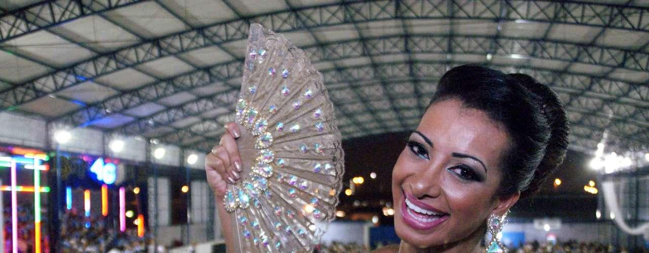 Cinthia Santos é madrinha de bateria da escola de samba Águia de Ouro