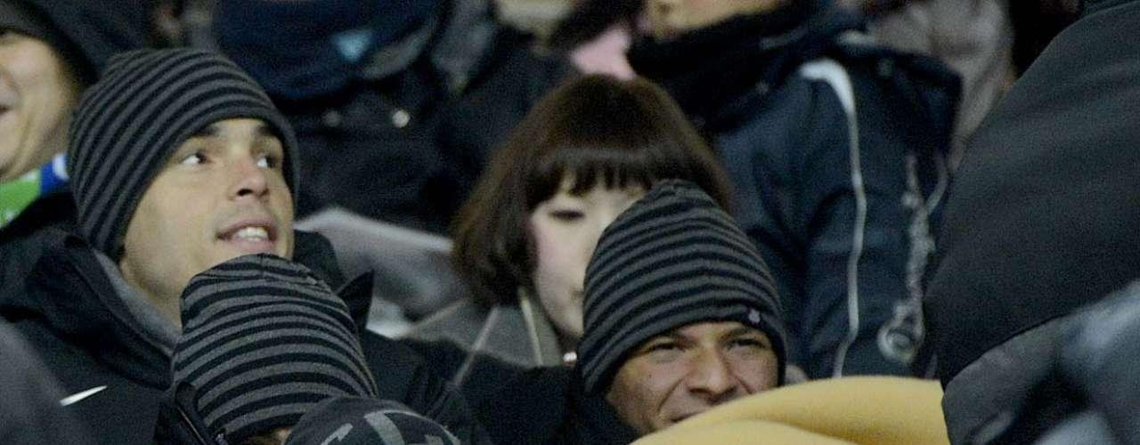 Edenílson usa gorro para proteger a cabeça do frio