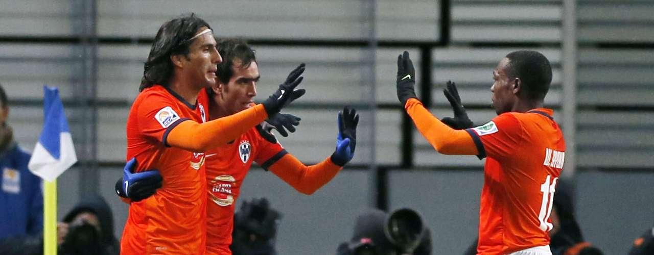 Abraçado por De Nigris, Delgado foi o grande destaque com dois gols na partida
