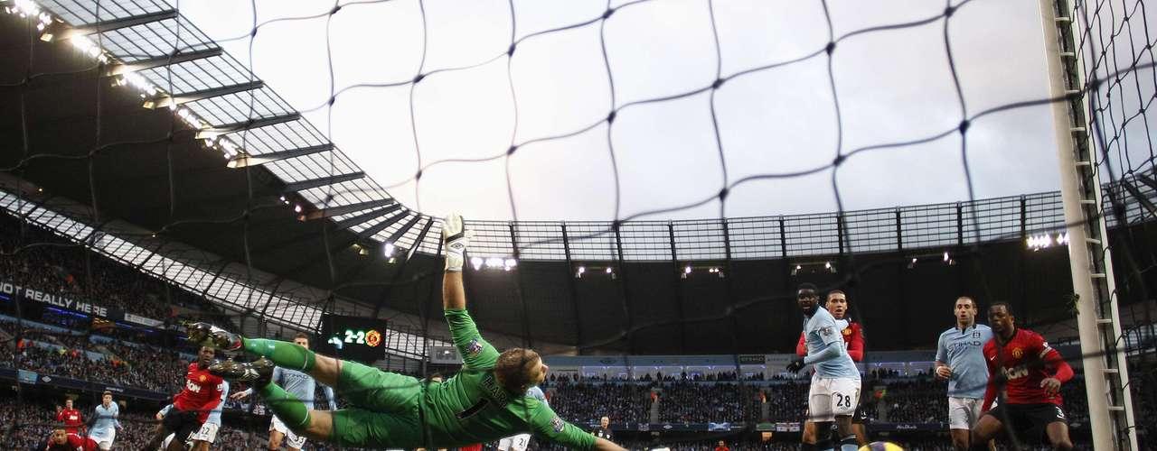 Hart não consegue impedir gol de falta marcado por Van Persie