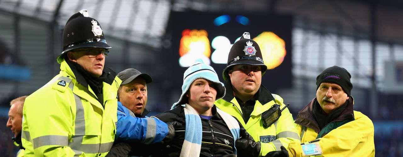 Invasor foi detido e retirado pelo policiamento