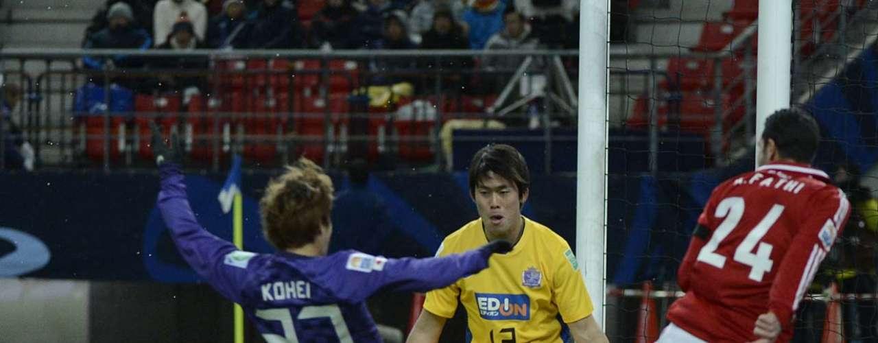 Fathi tenta jogada de linha de fundo contra o time japonês