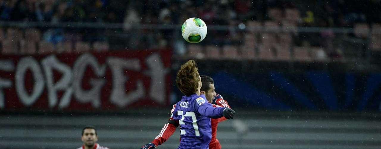 Kohei disputa bola pelo alto