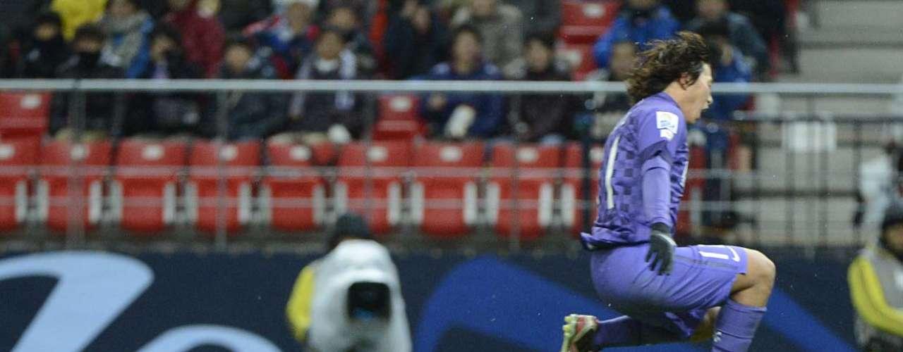 Goleiro Ekramy deixa o gol para evitar gol do Hiroshima
