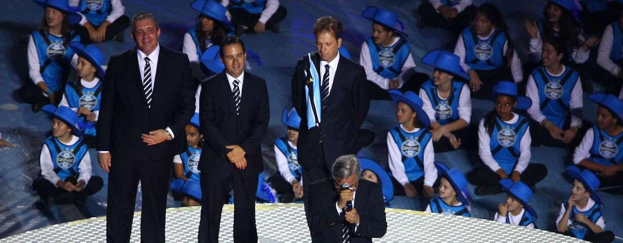 Paulo Odone, presidente do Grêmio, se emocionou durante discurso inflamado para mais de 60 mil torcedores